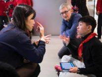 Tim Cook in Cina in una scuola per sordi