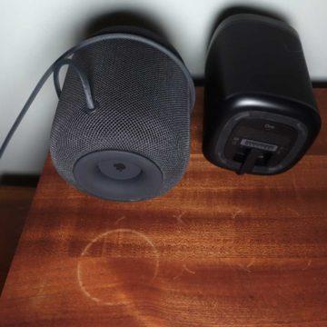 Gli aloni lasciati da HomePod (a sinistra) e dal Sonos One (destra)