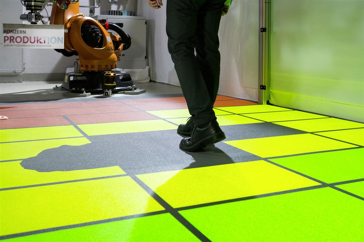 I colori danno al Collaboratore un'indicazione semplice e immediata delle aree dove può lavorare senza interferire con il robot (verde). Se si sposta dentro la zona gialla, il robot rallenta, per fermarsi completamente quando l'operatore entra nella zona rossa.