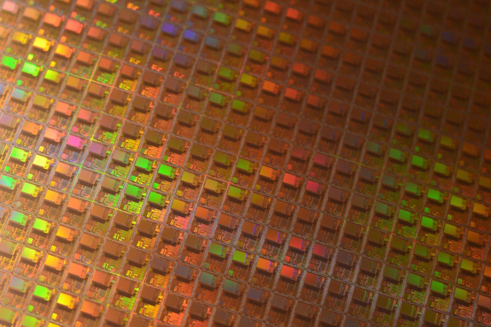 """Il wafer è una sottile fetta di materiale semiconduttore sulla quale vengono costruiti circuiti integrati attraverso """"drogaggi"""" (con diffusione o impiantazione ionica), la deposizione di sottili strati di vari materiali, conduttori, semiconduttori o isolanti, e la loro incisione fotolitografica."""