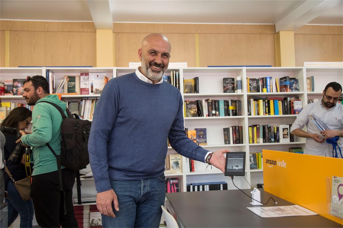 amazon amatrice- foto Il Sindaco di Amatrice Sergio Pirozzi nella nuova biblioteca