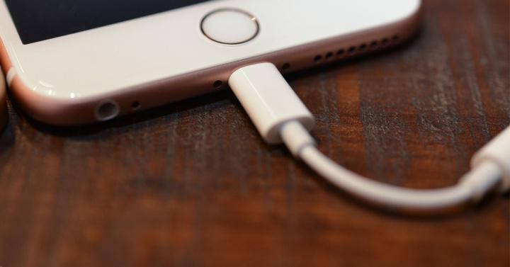 Niente adattatore da Lightning a jack cuffie nei futuri iPhone ... c79f46e36323