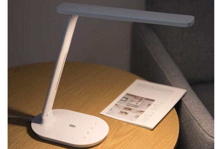 Ancora per poco, sconto su lampada LED da tavolo con supporto per smartphone: 13,99 euro