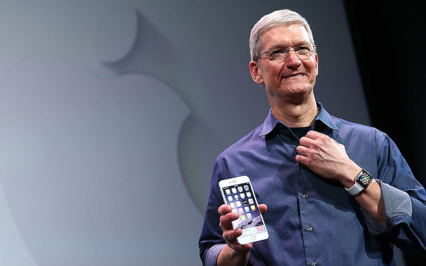 iPhone 6s nelle mani di Tim Cook
