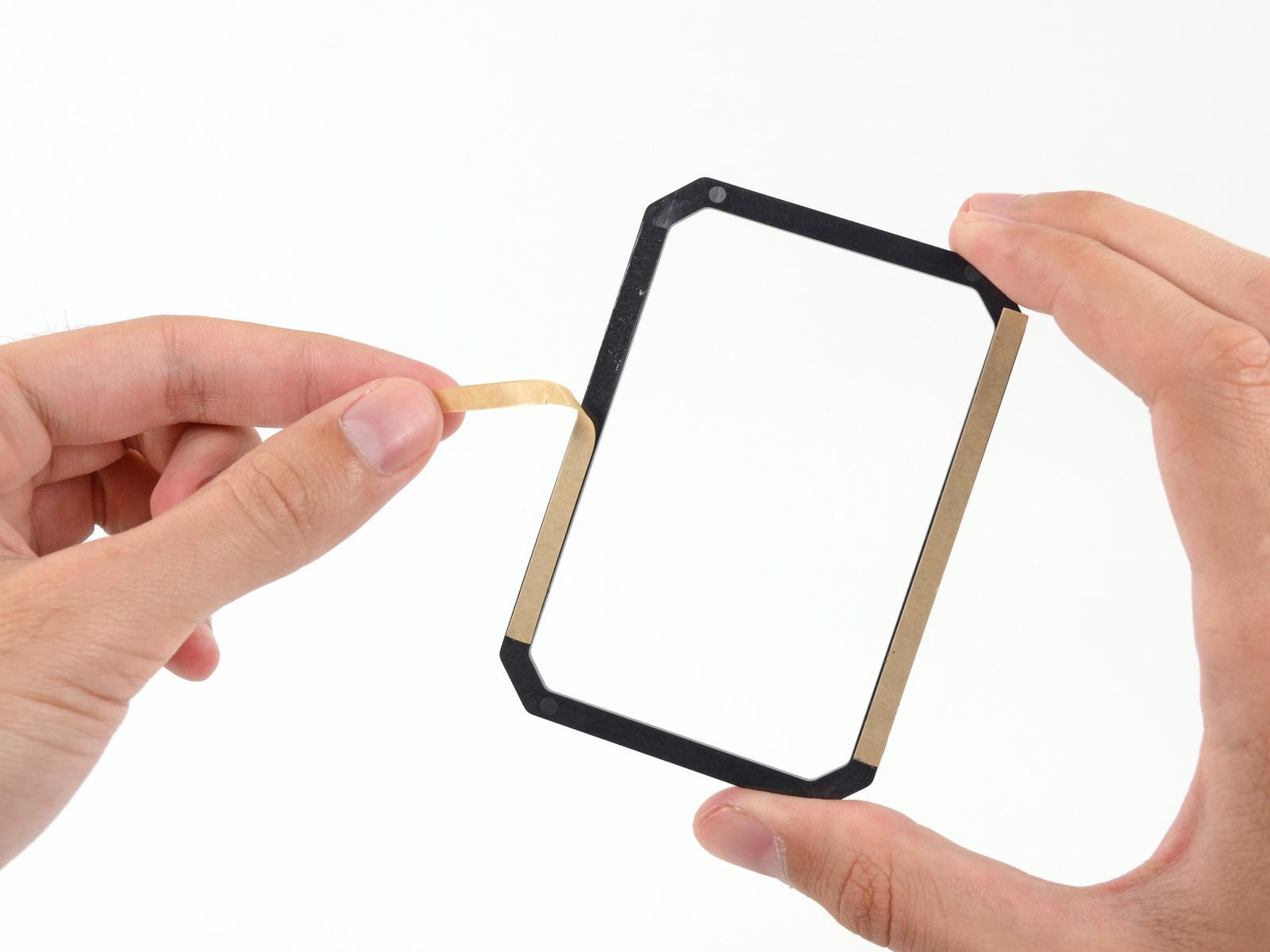 Il distanziatore di plastica si applica sull'SSD e consente di aumentare leggermente l'altezza dell'SSD per farlo diventare spesso come alcuni tradizionali HDD.