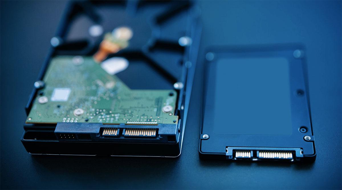 """Un tradizione HDD SATA da 3,5"""" (a sinistra) e una unità SSD SATA da 2,5"""""""