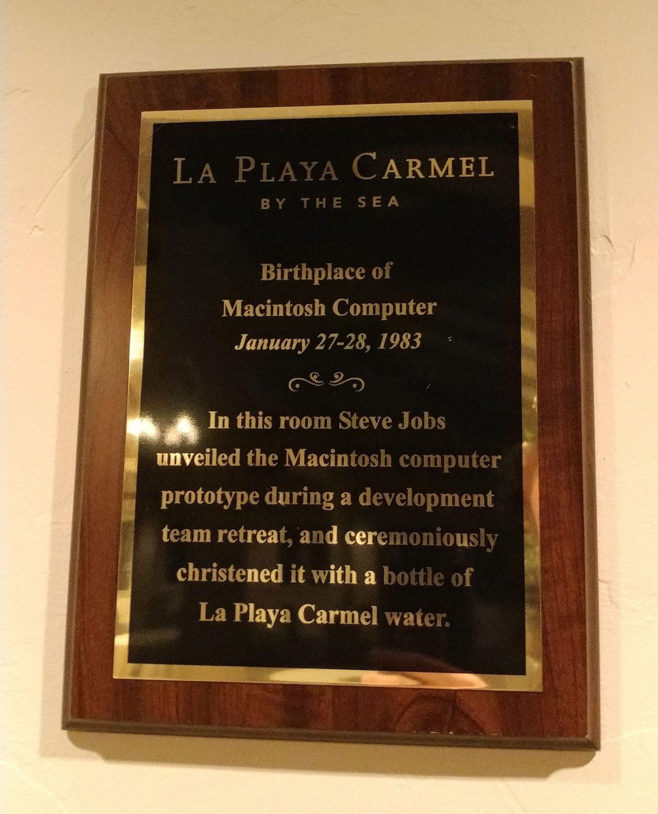 La targa che ricorda il luogo dove ufficialmente nacque il primo Mac