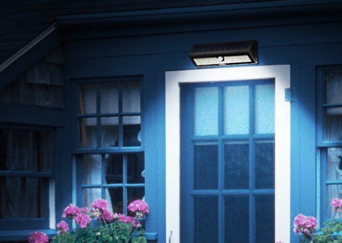 Lampade LED da esterno con ricarica solare e sensore di movimento: due a 49 euro