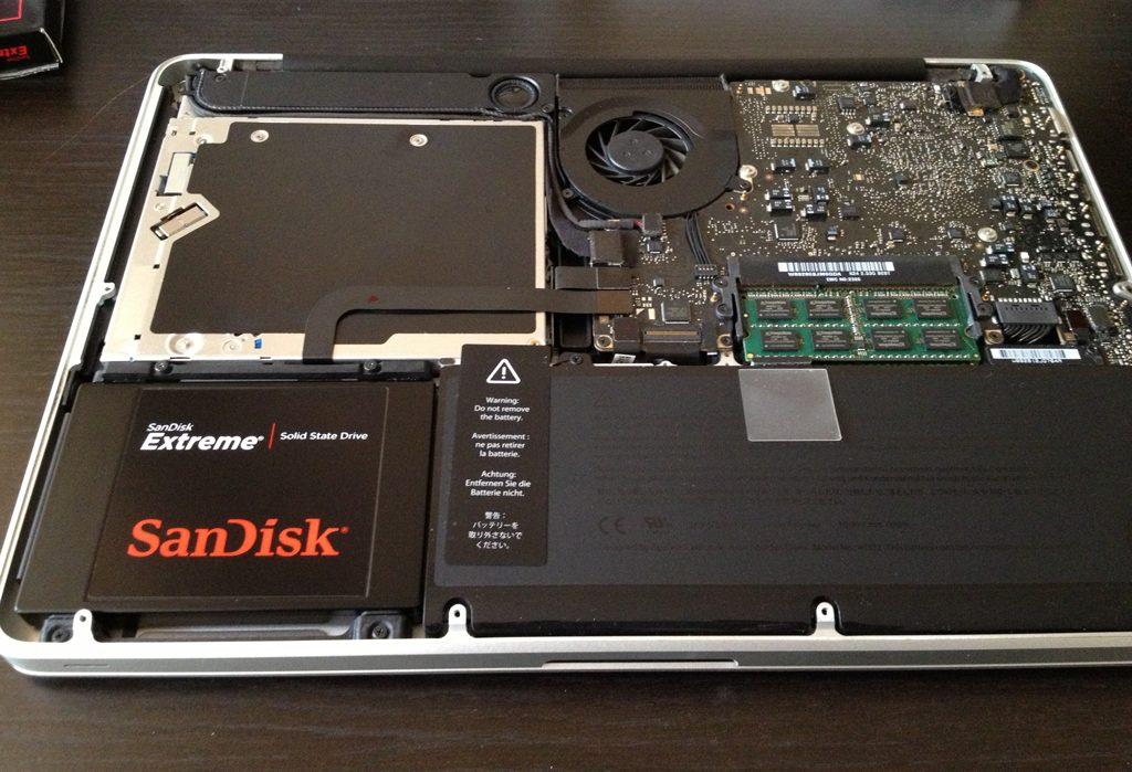 Unità SSD (in basso a sinistra) installata in un MacBook Pro