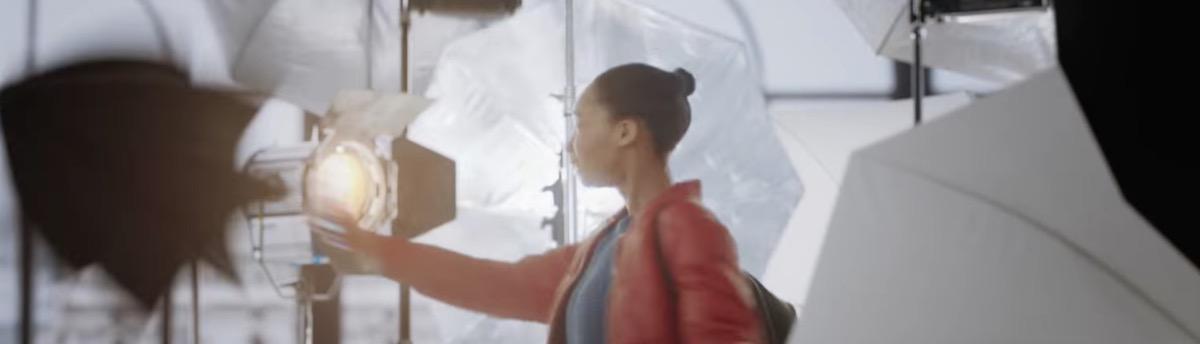 iPhone studio fotografico in tasca, screenshot dallo spot pubblicitario Apple di Illuminazione Ritratto