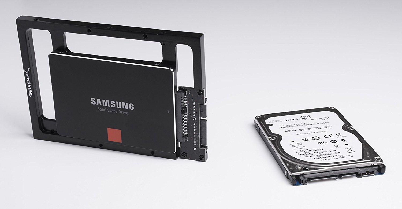"""Un kit di montaggio che consente di installare una unità SSD da 2,5"""" in un alloggiamento da 3,5"""" (quello tipicamente usato nelle macchine desktop)."""
