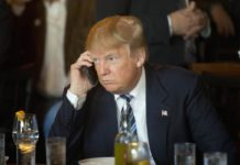 trump con iphone, trump usa due iphone