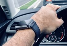 Dice di aver controllato solo l'orario, ma gli agenti la multano per uso alla guida di Apple Watch