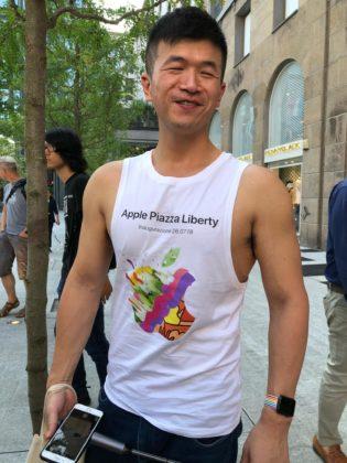 Fila per Apple Piazza Liberty in attesa dell'apertura