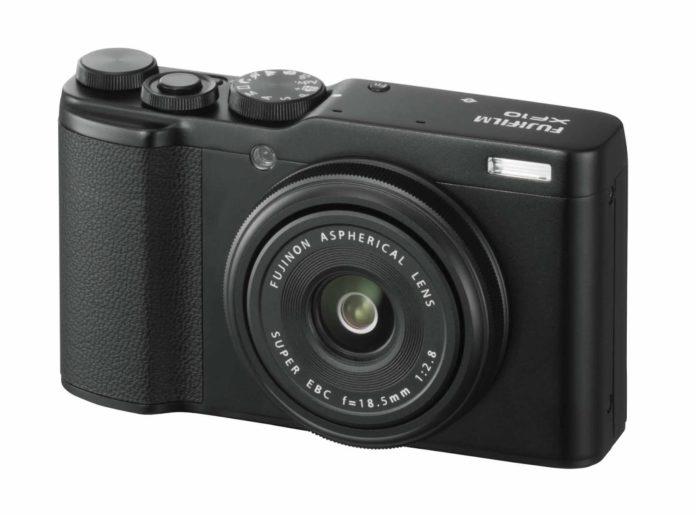 Fujifilm annuncia la XF10, compatta tascabile con sensore APS-C