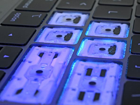 Vernici in polvere per testare la tastiera del MacBook pro 2018