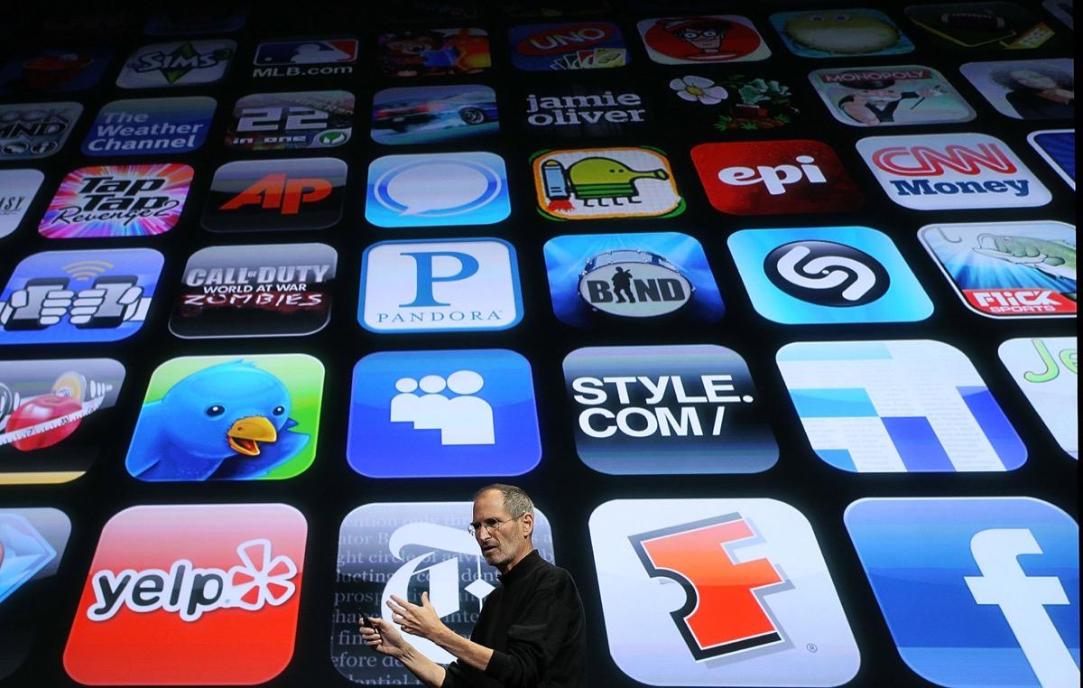 Steve Jobs e sul retro le icone di app sull'App Store