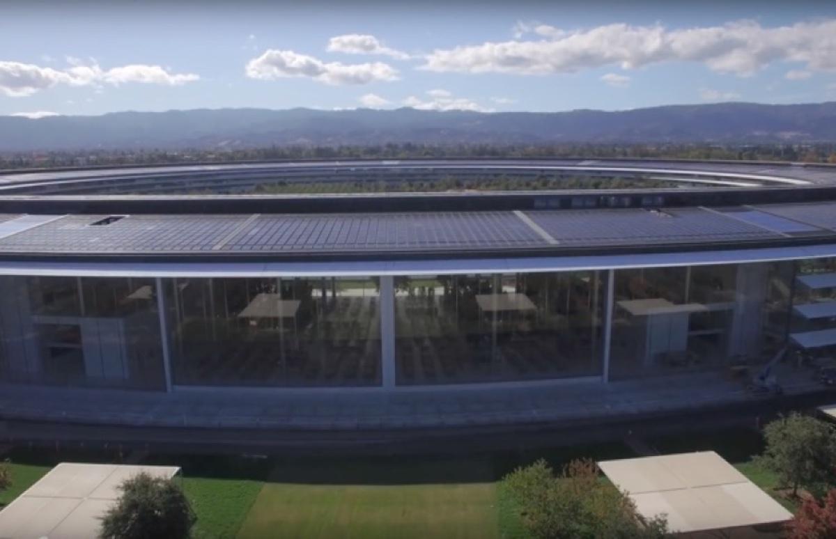 Le vetrate di apple park alte tre piani si aprono la gif for Piani a tre piani