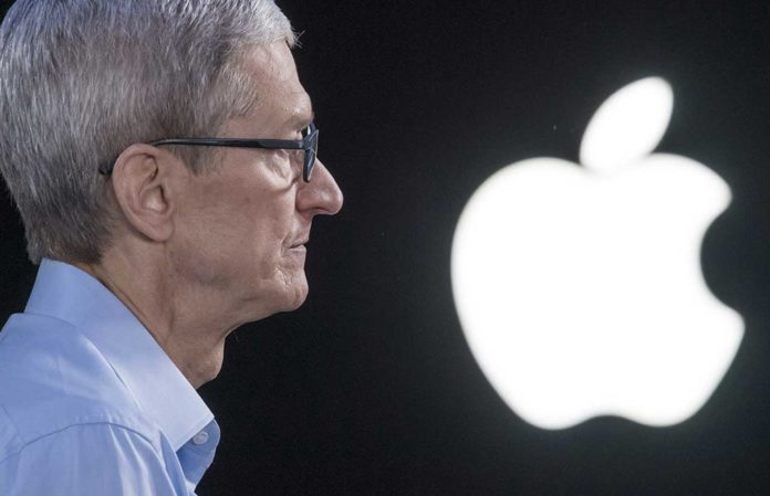 Tim Cook e il logo Apple