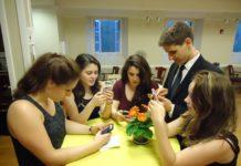 Italiani, lo smartphone è un figlio: primo pensiero la mattina, ultimo prima di dormire