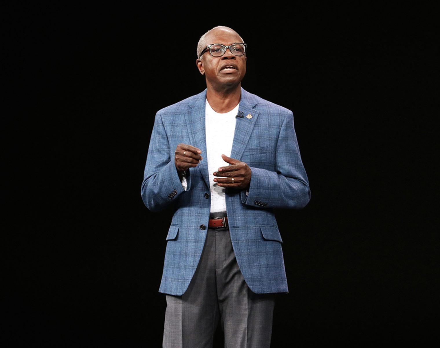 Nell'ultimo keynote di Apple, il dottor Ivor J. Benjamin, presidente dell'American Heart Association, ha spiegato i vantaggi delle nuove funzioni di Apple Watch Series 4 per la salute.