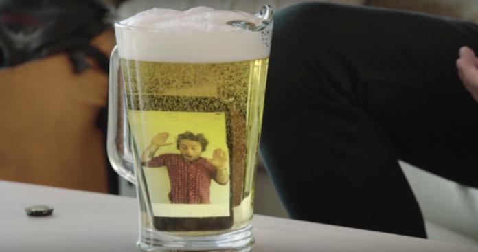 Quanto durerà un iPhone XS Max sotto 2 metri di birra?