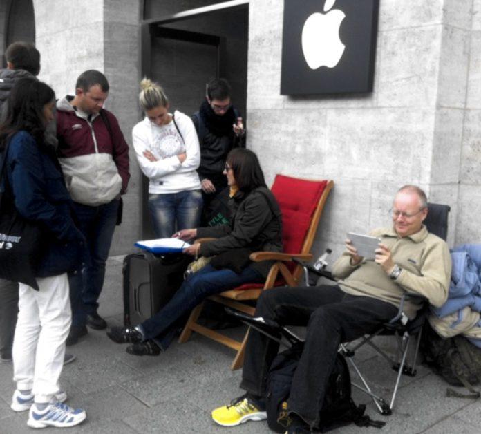 In fila per iPhone XS senza morire di fame, ci pensa Deliveroo