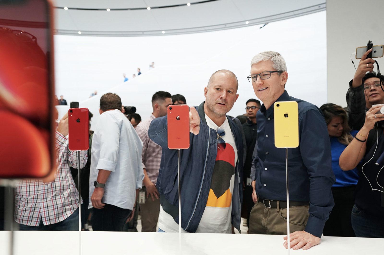 Jony Ive e Tim Cook davanti agli iPhone XR.
