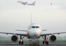 Una 15enne manda a tutti foto via AirDrop su un aereo e blocca un volo