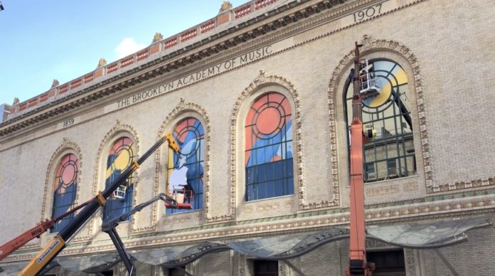 Keynote Apple 30 ottobre, decori alle finestre dell'Howard Gilman Opera House di Brooklyn