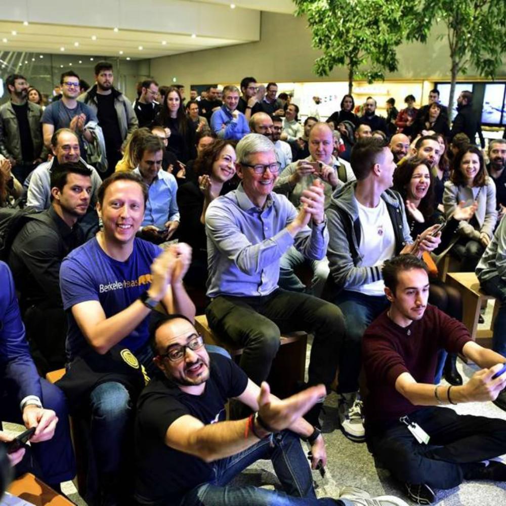 Tim Cook a Milano a sopresa per il lancio di iPhone XR