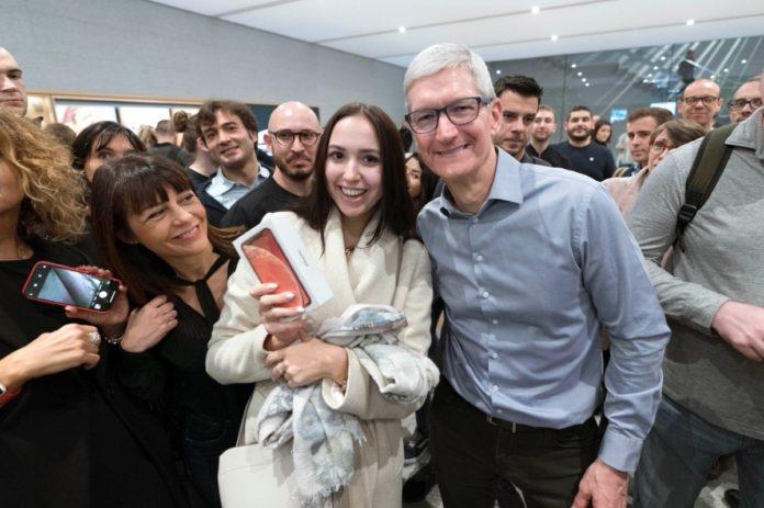 A sorpresa Tim Cook a Milano per il lancio di iPhone XR