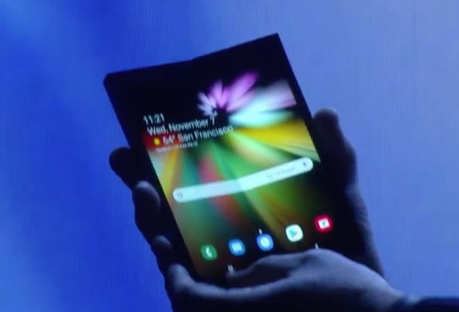 Ecco lo smartphone pieghevole di Samsung, è un prototipo ma fa sognare