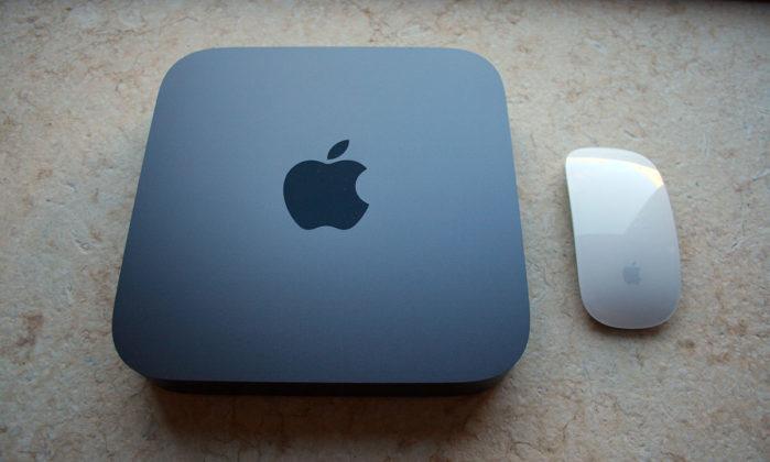Il Mac mini 2018 vicino ad un Magic Mouse bianco