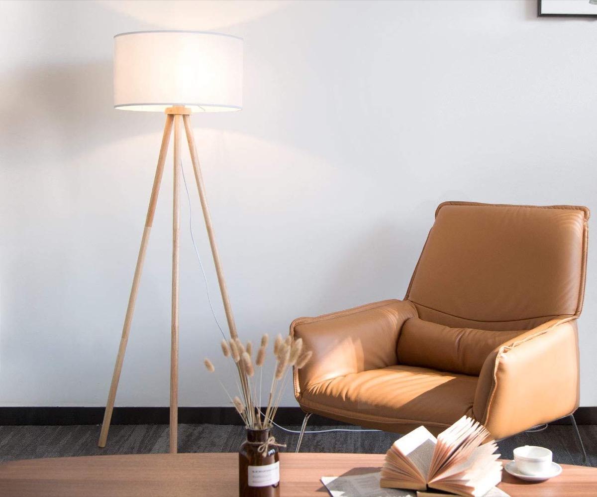 Lampada da pavimento in legno, si adatta a qualsiasi ambiente: sconto 67,49 euro