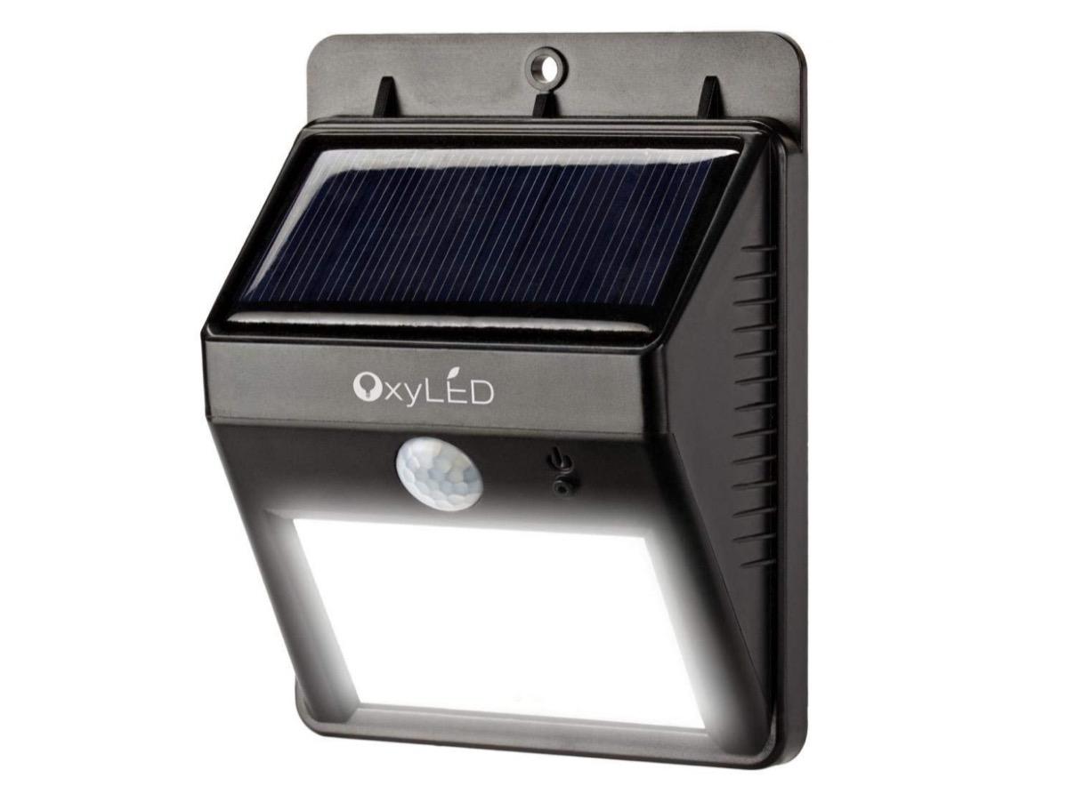 Lampada LED per esterni, con sensori e impermeabile in offerta a 7,99 euro