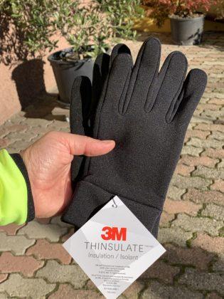 L'etichetta che dice che allietano dei guanti troviamo come isolante Thinsulate di 3M