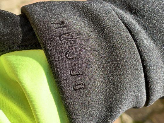 Il ricamo del brand di Mujjo sul polso dei All-new Touchscreen Gloves di Mujjo