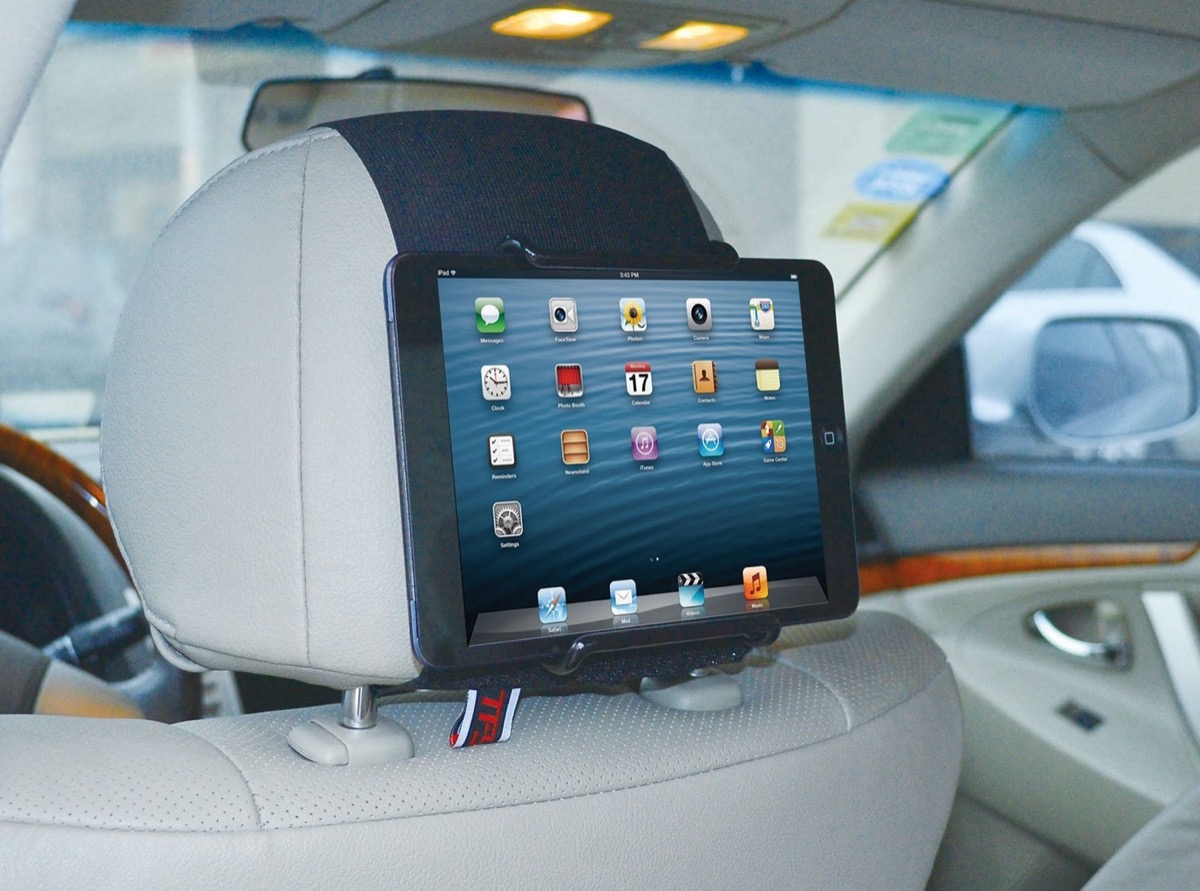 TFY, il supporto che fissa i tablet su qualsiasi poggiatesta per auto