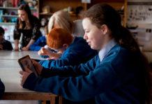 La studentessa Ericka Lingwood della Terence MacSwiney School è stata aiutata a sviluppare le sue abilità con l'animazione, una delle varie attività di volontariato di cui si sono occupati i dipendenti Apple.