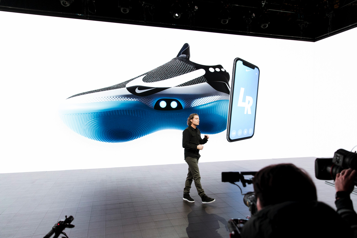 innovative design 18b3d b01d4 Nike Adapt BB, le scarpe che si allacciano da sole e si ...