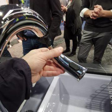 Visto al CES 2019: il rubinetto smart da cucina Sensate di Kohler si comanda con Siri, Alexa e Google