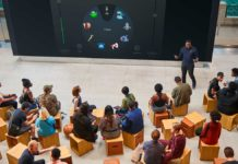 """Le sessioni 'Lab' vengono ospitate nel Forum, cuore dello store che funge da luogo di aggregazione per i partecipanti e da sede per le attività di """"Today at Apple""""."""