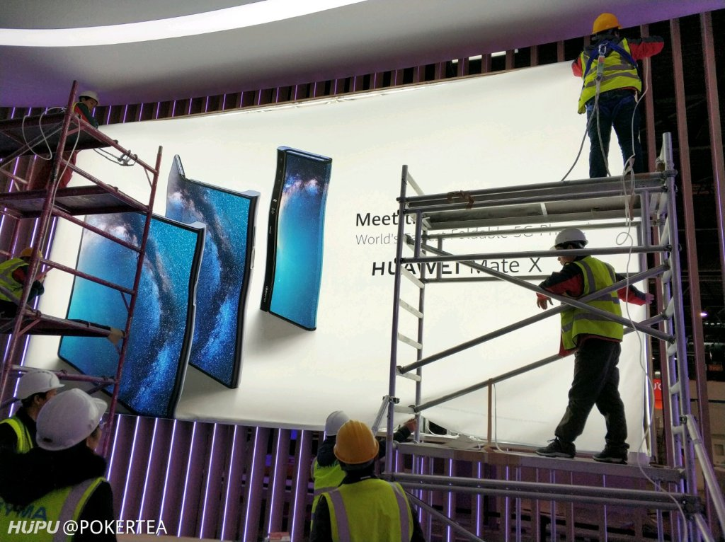 In foto Huawei Mate X, lo smartphone pieghevole della società
