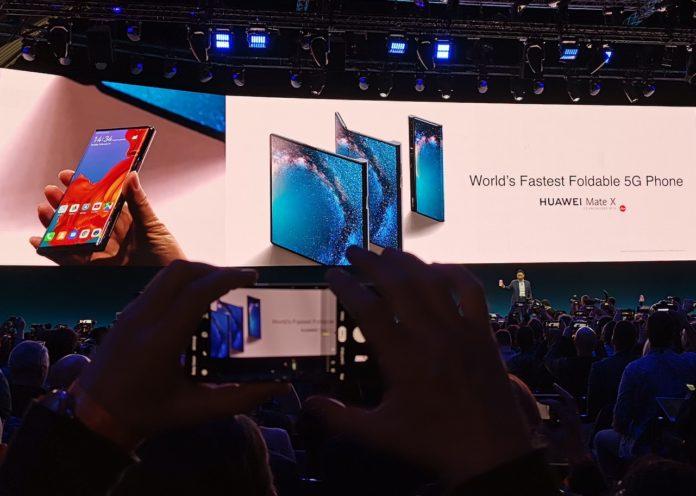 Al MWC 2019 Huawei Mate X, lo smartphone pieghevole senza notch e con 5G