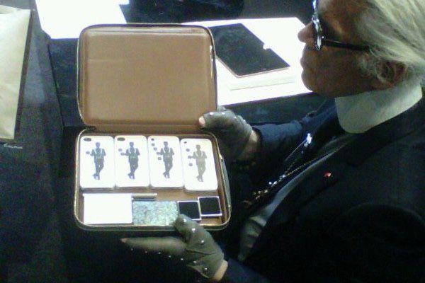 Una foto del 2011 di Kaiser con una borsa per quattro iPhone e quelli che sembrano iPod nano 6g.