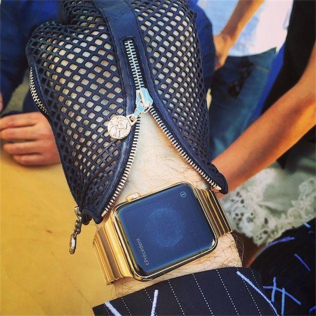 Karl Lagerfeld è stato uno dei grandi nomi della moda invitati da Apple al lancio di Apple Watch. Nella foto il suo Apple Watch personalizzato con cinturino in oro 18 carati.