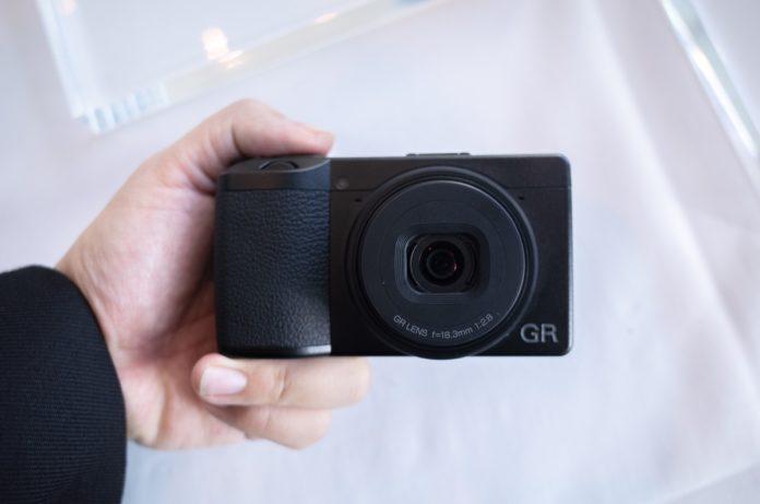Ricoh GR III, la piccola Aps-C arriva a fine marzo