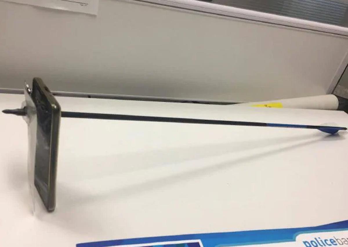 iPhone colpito da una freccia salva la vita del proprietario