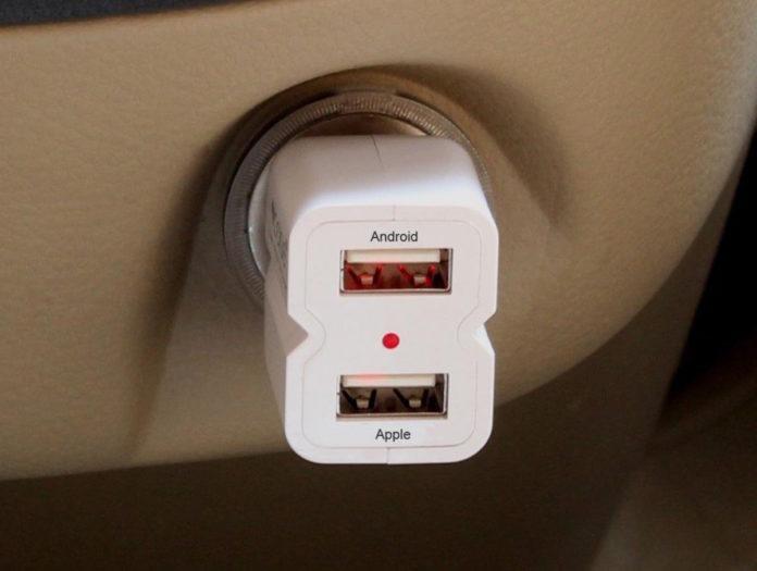 Caricatore da auto iClever con 2 USB per iOS e Android scontato a 6,99 euro